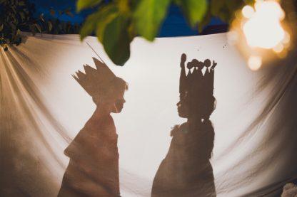 Poster activité théâtre: deux ombres d'enfants, roi et reine, sur un drap blanc.